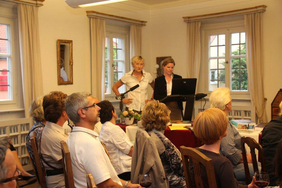 Sigrid Wolt, Vorsitzende des Vereins Schloss-Kunst, begrüßt die Gäste im Wappensaal.