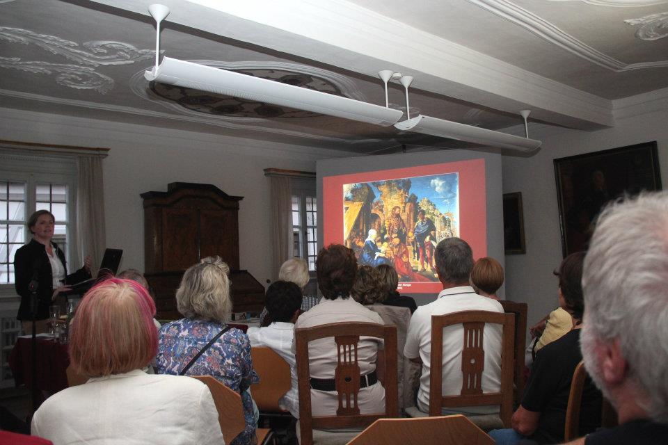 Referentin Kerstin Blum erklärt anhand dieser Abbildung den Grund für den ausgefallenen Titel des Vortrags.